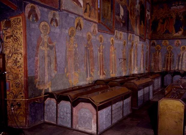 гробницы вдоль южной стены Архангельского собора